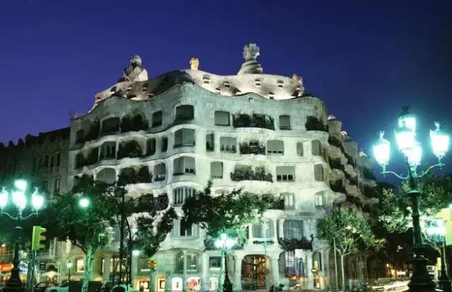 226 HAWA-Pergi ke Barcelona dan Nikmati Keindahan Bangunan-Bangunannya-1