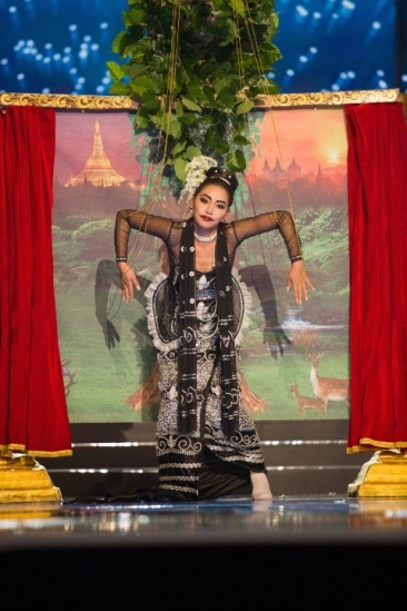 miss_universe_2017_myanmar_national_costume-jpg-pagespeed-ce-evvvzvfbr